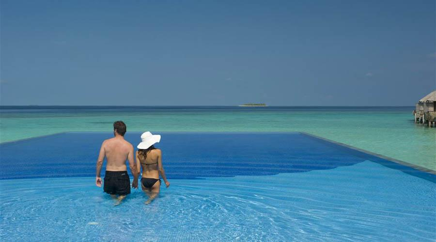 couple in infinity pool